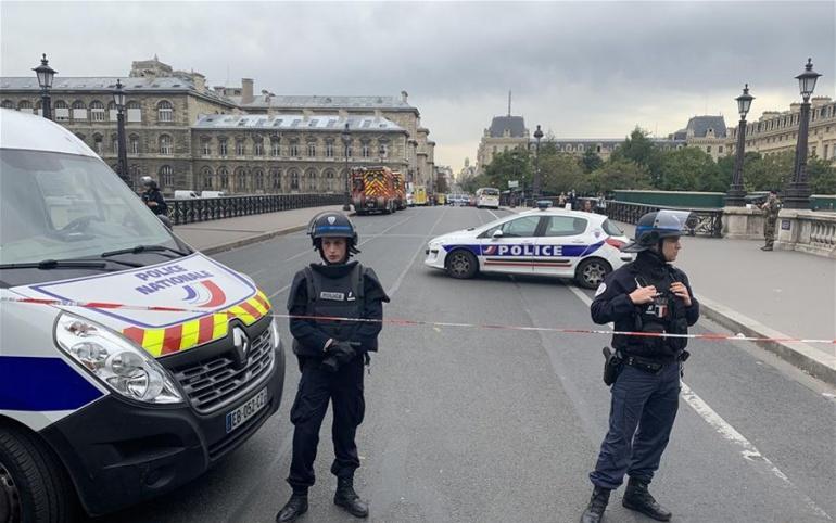 В Париже  4 полицейских убиты, 5 раненых