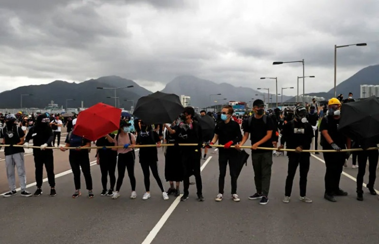 Гонконгские протестующие нацелились на аэропорт в призыве к демократии