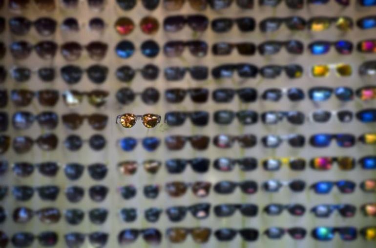 Как ношение солнцезащитных очков на самом деле влияет на ваши глаза, согласно науке